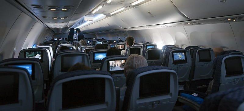 Vista de la cabina de un avión en vuelo.