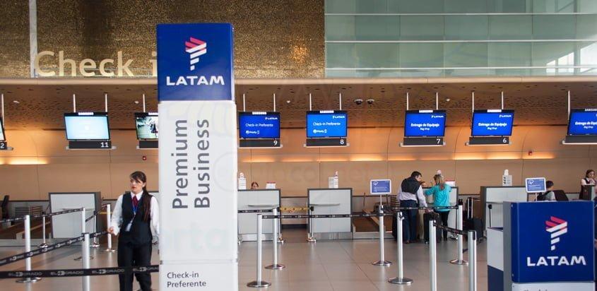 Área de check in de LATAM Airlines en Bogotá.