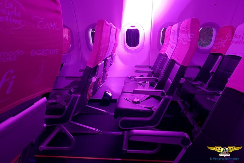 Interior del Airbus A320 rosado de Viva Air Colombia.