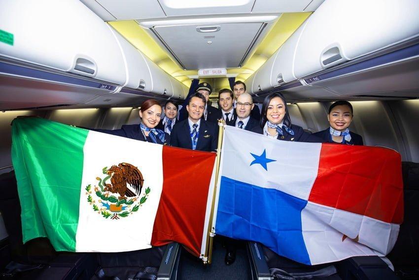 Tripulación del vuelo inaugural a Puerto Vayarta de Copa Airlines.