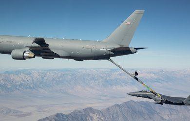 Boeing KC-46 reabasteciendo combustible en vuelo.