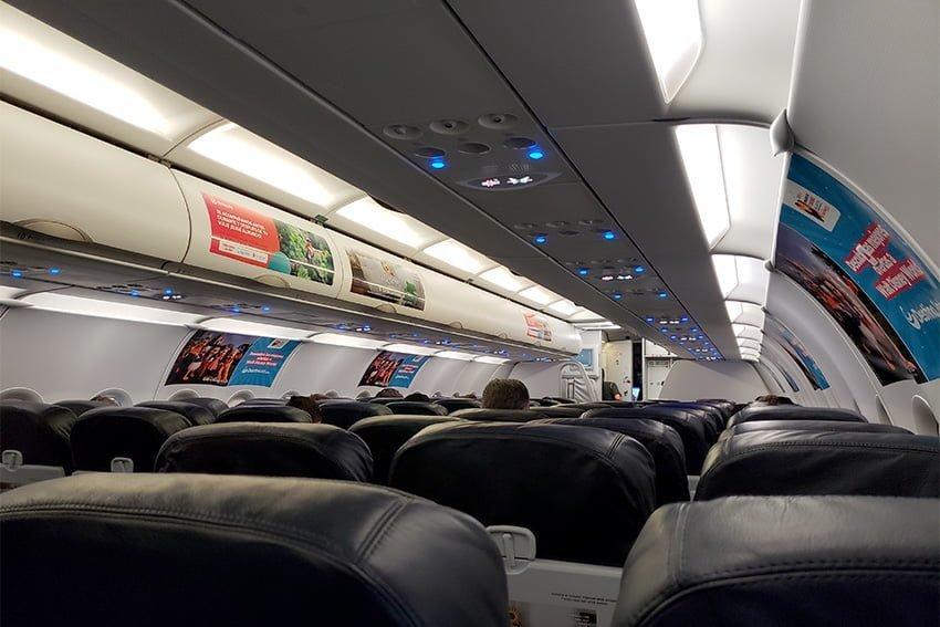 Vuelo Santa Marta-Miami - Cabina del Airbus A320 de Viva Air Colombia.