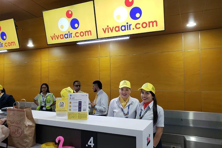 Vuelo Santa Marta-Miami - Personal en el counter de la aerolínea.