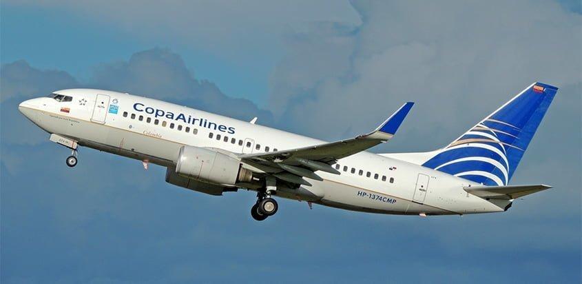 Boeing 737-700 de Copa Airlines despegando de Bogotá.