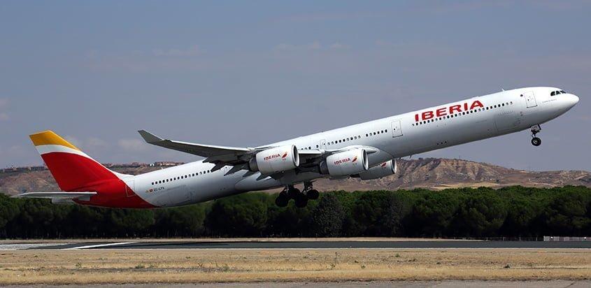 Airbus A340-600 de Iberia despegando de Madrid.