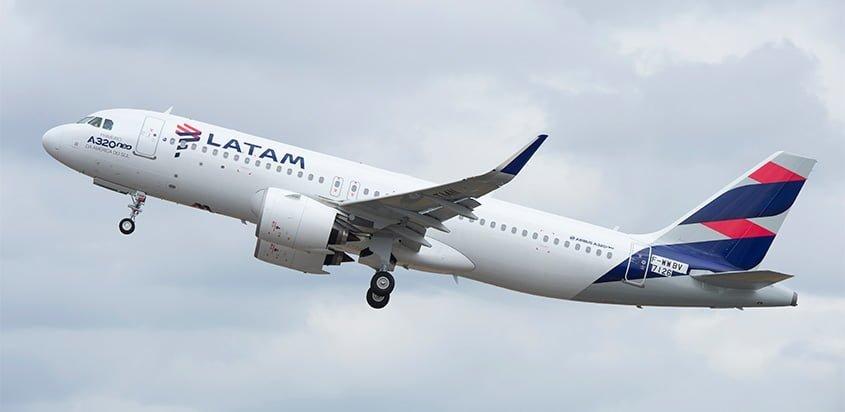 Airbus A320neo de LATAM Airlines despegando.