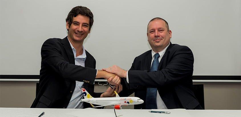 Félix Antelo, CEO de Viva Air, firma acuerdo con Airbus.