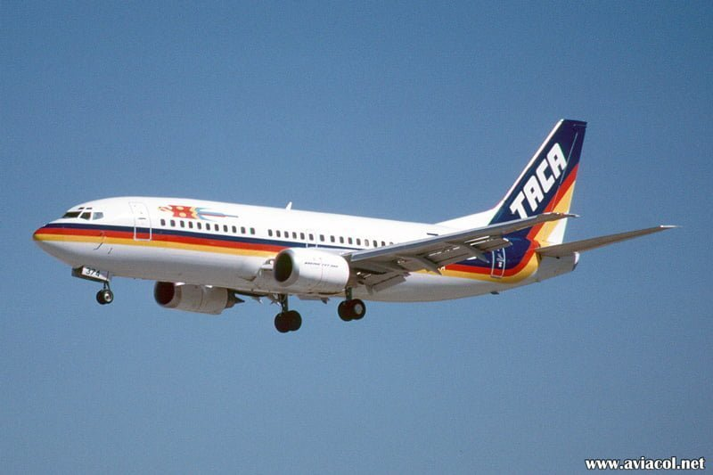 Boeing 737-300 de TACA matrícula N374TA aterrizando en Miami en 1995.