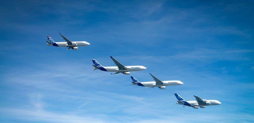 Familia de aviones Airbus en formación.