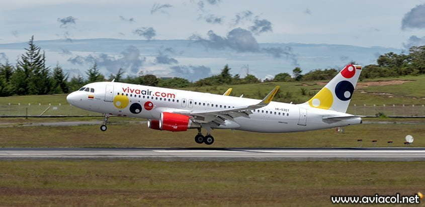 Airbus A320 de Viva Air aterrizando en Medellín.