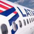 Vista lateral del logo en un A320 de LATAM Airlines.