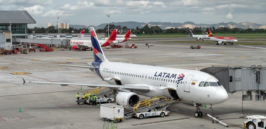 Airbus A320 (CC-BAS) de LATAM Airlines Colombia en Bogotá.