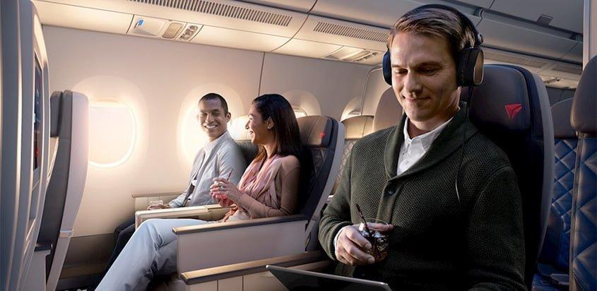 Pasajeros a bordo de un vuelo de Delta Air Lines.