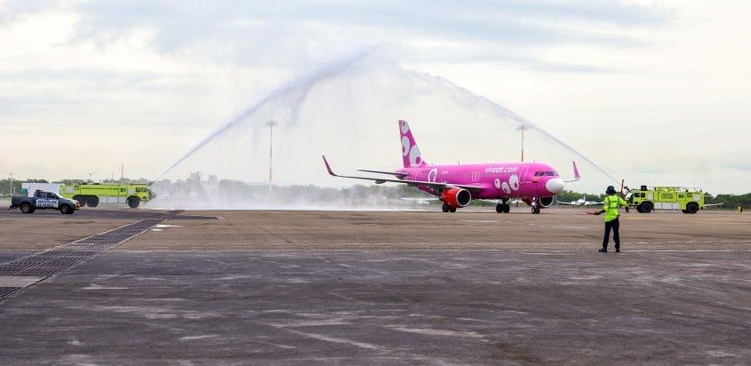 Airbus A320 de Viva Air siendo bautizado en su vuelo inaugural de Lima a Cartagena.