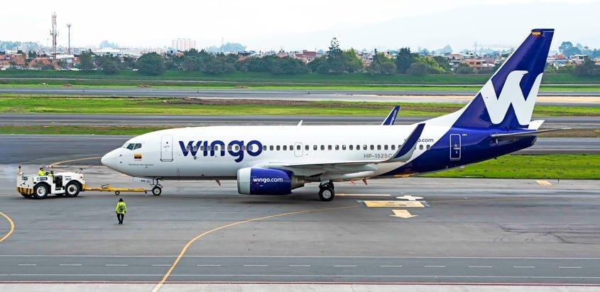 Boeing 737-700 de Wingo siendo remolcado en Bogotá.