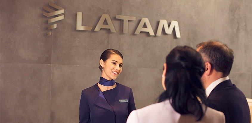 Counter de LATAM Airlines de atención al cliente.
