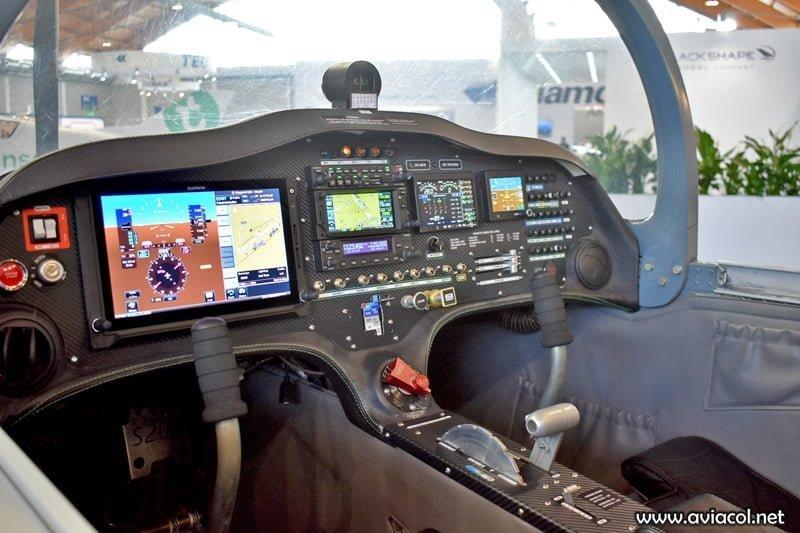 La cabina del prototipo, OO-NEW, muestra la configuración EFIS del S200 Trainer Pro.