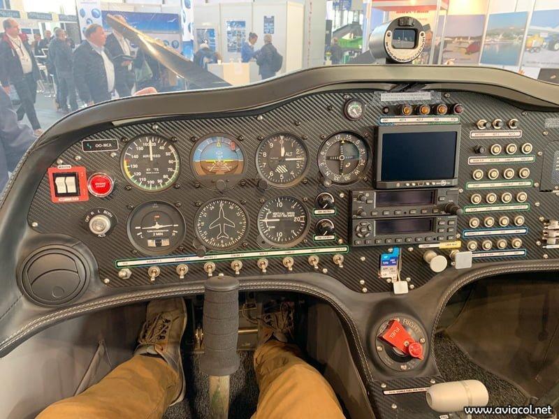La cabina del OO-NCA muestra la configuración analógica escogida para el modelo S200 Trainer.