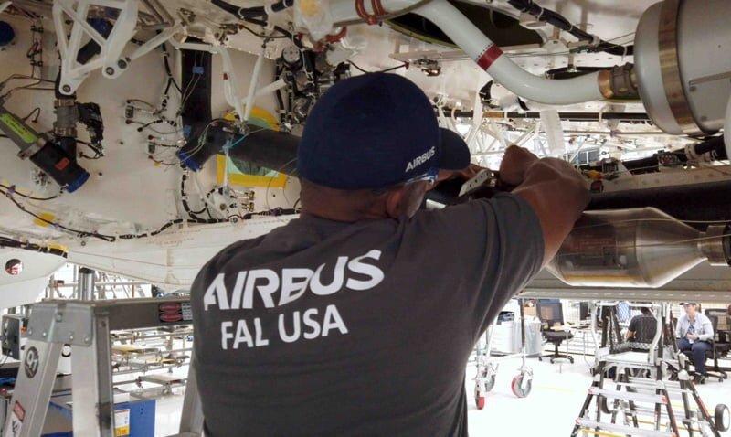 Operario de Airbus trabajando en la planta del A220 en Mobile, Alabama.