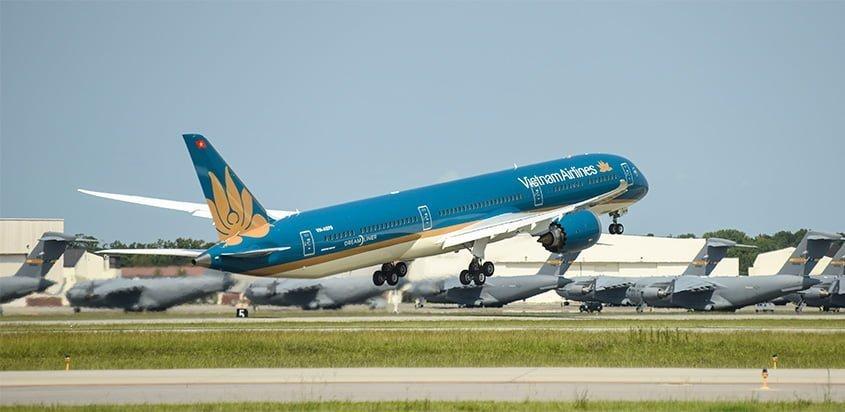 Boeing 787-10 de Vietnam Airlines despegando.