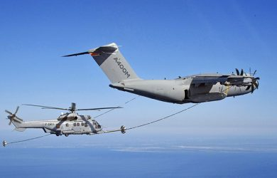 Airbus A400M abasteciendo un H225M en vuelo.
