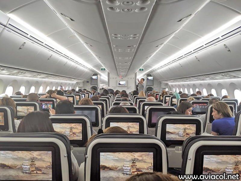 Cabina en clase económica de un Boeing 787-9 de Turkish Airlines en Bogotá.
