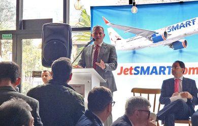 Estuardo Ortiz, CEO de JetSmart, anunciando la llegada al país de la aerolínea.