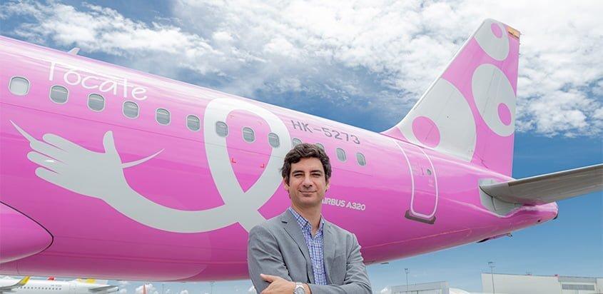 Félix Antelo, CEO de Viva Air frente al Airbus A320 Rosa.