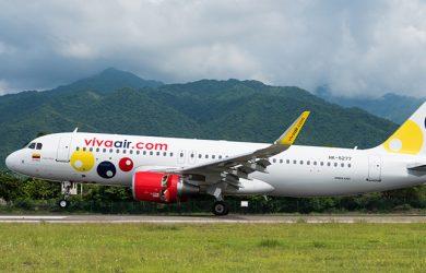 Airbus A320 de Viva Air despegando de Santa Marta.