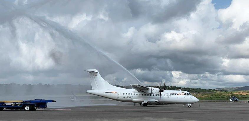 ATR 42 de EasyFly siendo bautizado en su vuelo inaugural entre Cartagena y Cúcuta.