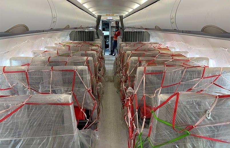 Carga aérea en un avión de Avianca.