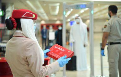 Tripulante de Emirates con kit sanitario por COVID-19.