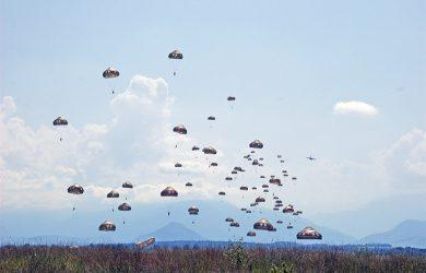 Paracaidistas lanzados el Airbus A400M.