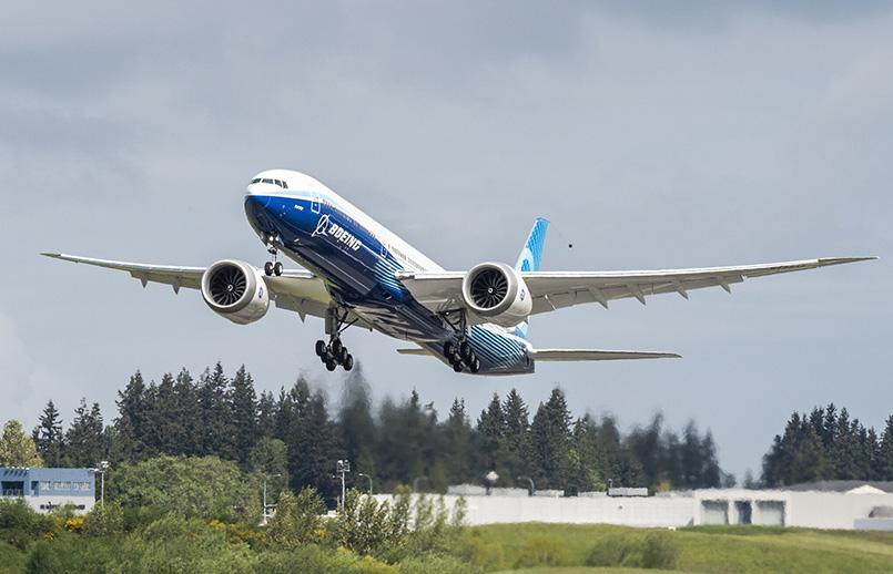 Boeing 777X despegando.