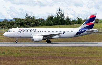 Airbus A320 de LATAM Colombia en el Aeropuerto José María Córdova de Medellín.