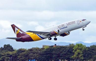 Boeing 737-400F de AerCaribe despegando de Bogotá.