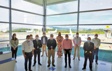Autoridades en el primer vuelo del plan piloto en Colombia.