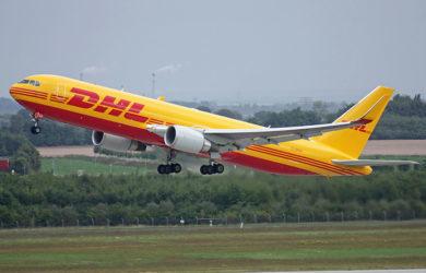 Boeing 767-300BCF de DHL despegando.
