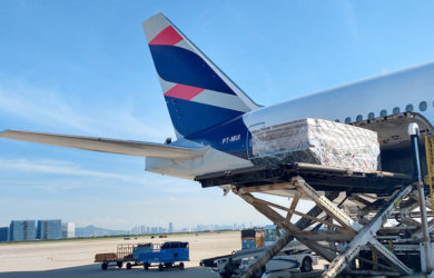 Carga de máscaras al Boeing 777-300ER de LATAM Airlines.