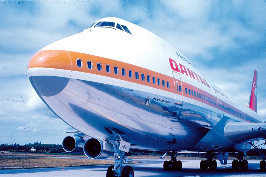 """Primer Boeing 747 de Qantas """"City of Canberra""""."""