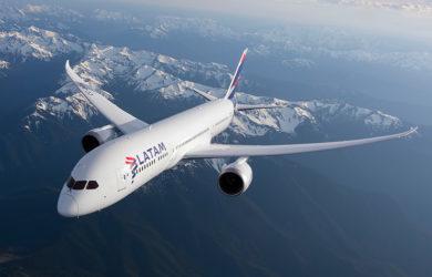 Boeing 787-9 de LATAM Airlines volando sobre la Cordillera de los Andes.