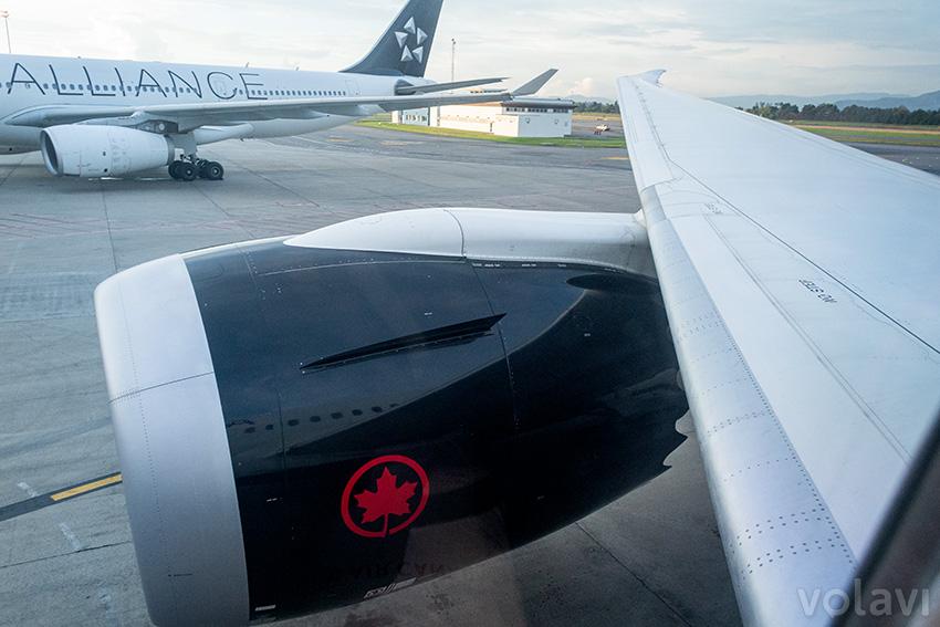Plano y motor de un Boeing 787-9 de Air Canada en Bogotá.
