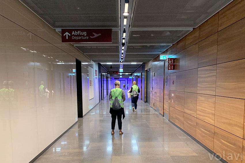 Salidas y llegadas. Los vuelos indicados como T5 son vuelos hacia o desde el antiguo terminal de Schönefeld, que ahora operará como Terminal 5 del nuevo BER. Para cambiar entre los dos terminales es necesario pagar pasaje en el S-Bahn (el tren urbano de Berlín).