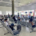 Pasajeros en sala de espera de un aeropuerto.