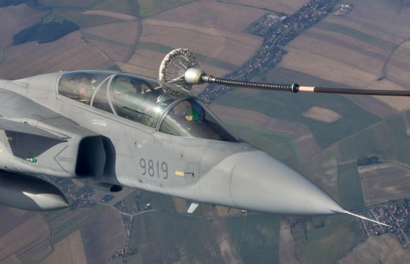Reabastecimiento aéreo en vuelo del Saab Gripen.