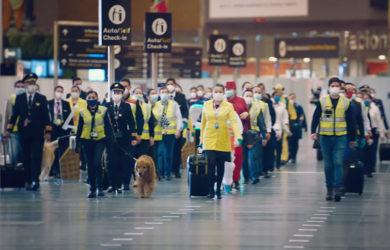 Trabajadores en el aeropuerto internacional El Dorado de Bogotá.