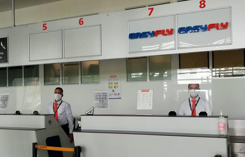 Personal de EasyFly en el aeropuerto Yariguíes de Barrancabermeja.