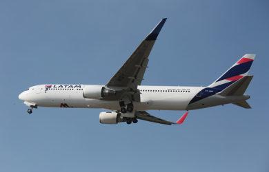 Boeing 767-300 de LATAM Airlines despegando en Sao Paulo.