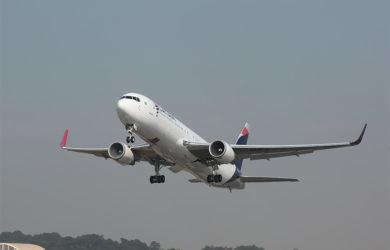 Boeing 767-300 de LATAM Airlines despegando.