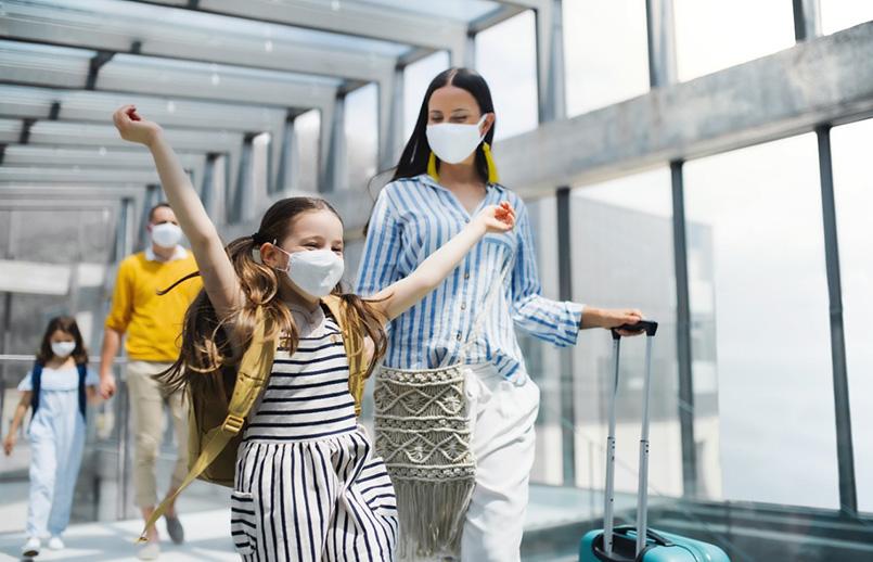 Pasajeros en un aeropuerto de LATAM Airlines.